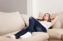 dame på sofa