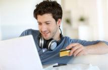Mand shopper på nettet