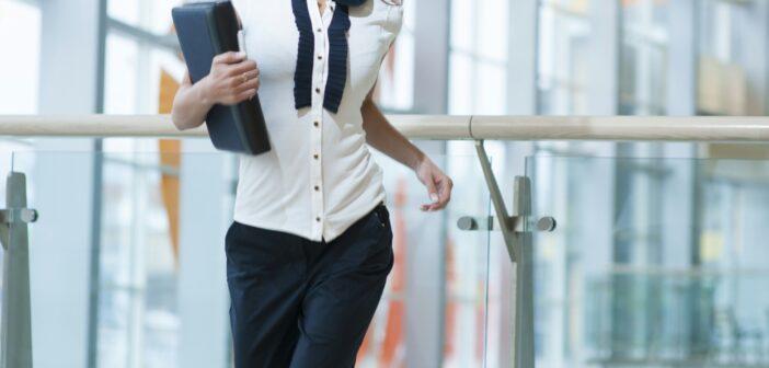 Glad forretningskvinde
